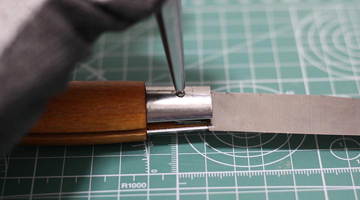ピンをポンチで打つ - OPINELのナイフ購入時のお手入れ