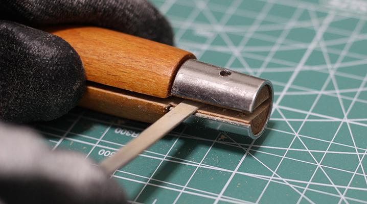 持ち手の溝を削る - OPINELのナイフ購入時のお手入れ