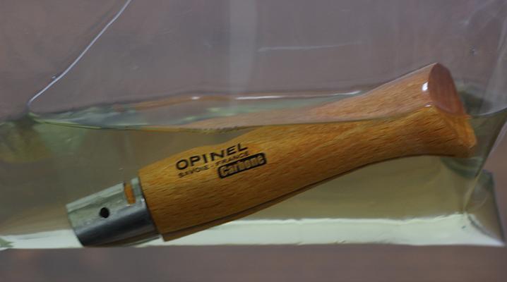 オイルに漬け込む - OPINELのナイフ購入時のお手入れ
