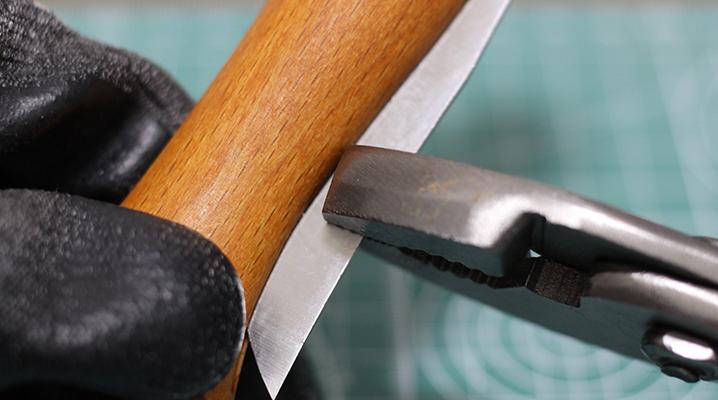 ロック金具を外す - OPINELのナイフ購入時のお手入れ